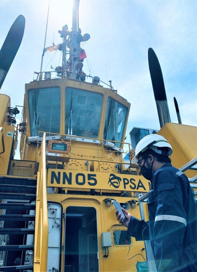 Un officier du génie maritime de PSA met à jour un géomètre BV sur un appareil mobile intelligent