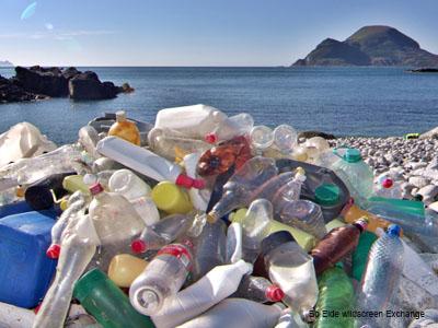 Pile de bouteilles en plastique