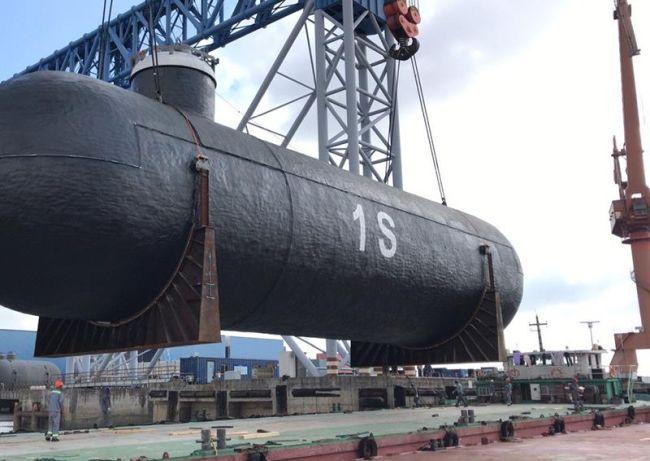 L'une des quatre citernes à cargaison en cours de chargement sur une barge. Les citernes seront transportées sur des barges de Qidong à Shanghai où elles seront soulevées à bord d'un navire de mer. Droits d'auteur - Logistics Plus