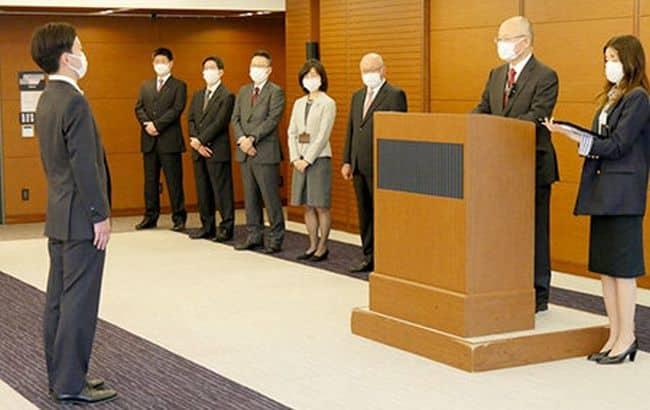 Le président et chef de la direction de MOL, Hashimoto, s'adresse à la cérémonie d'entrée de l'entreprise