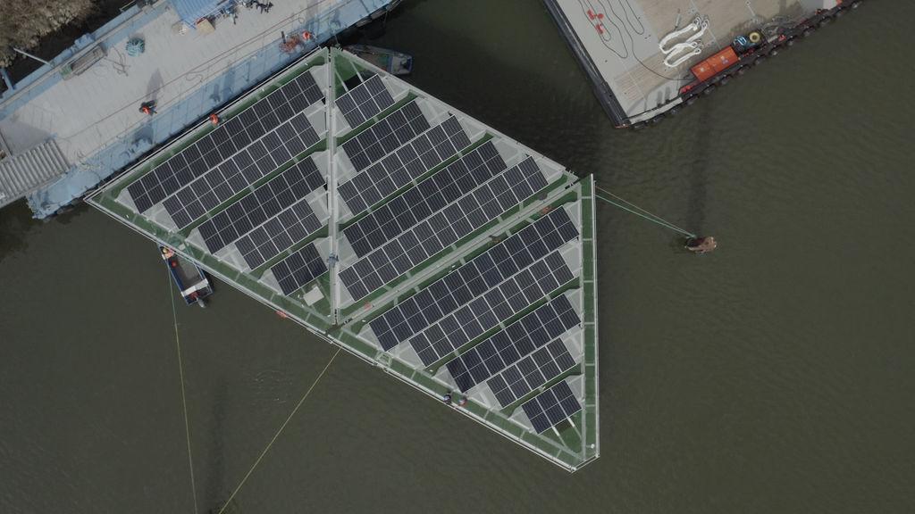 Photo montrant des plates-formes solaires flottantes de forme triangulaire en cours d'assemblage aux chantiers navals de Damen pour SolarDuck (avec l'aimable autorisation de SolarDuck)