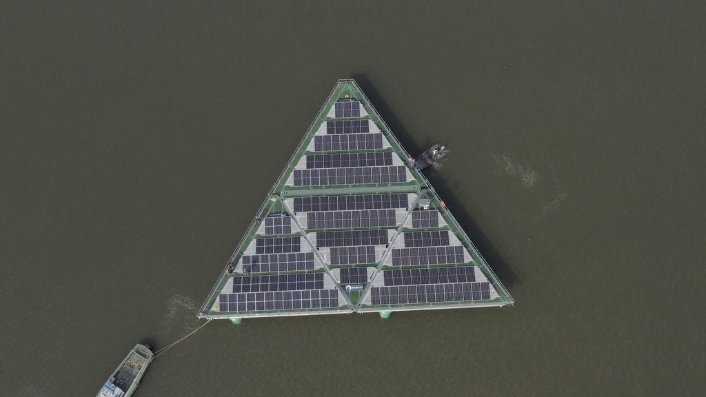 Photo montrant le démonstrateur solaire flottant de SolarDuck installé à IJzendoorn (avec l'aimable autorisation de SolarDuck)