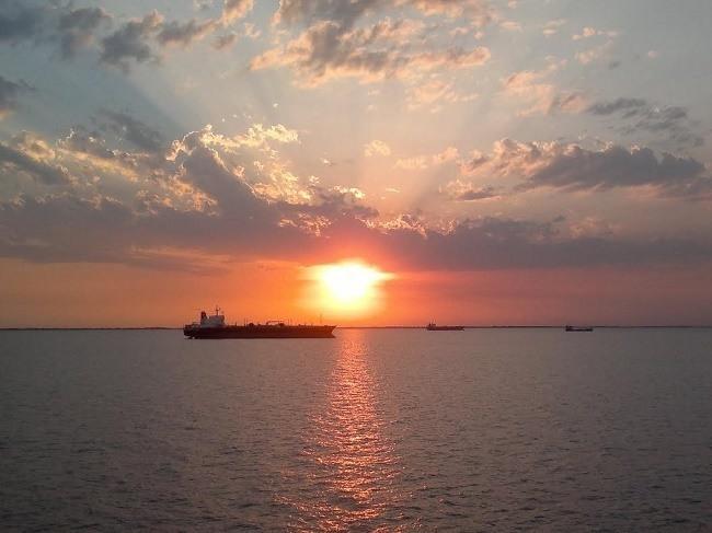 bateau-citerne coucher de soleil