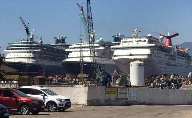 Carnival Fantasy_avec d'autres au chantier de démolition de navires